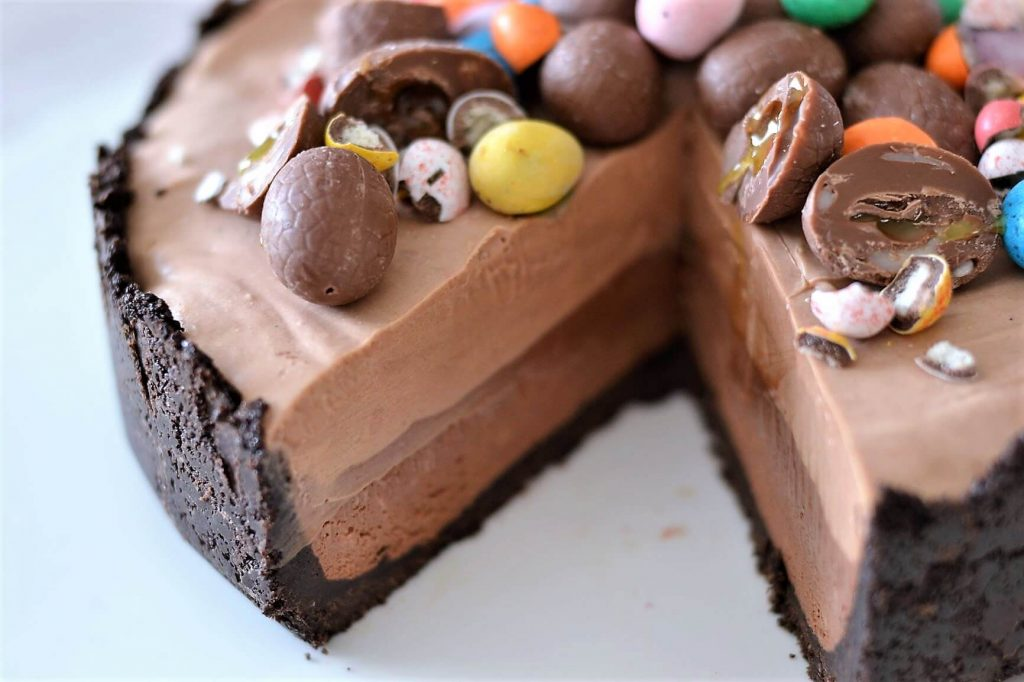 chocolate-cheesecake-with-easter-eggs