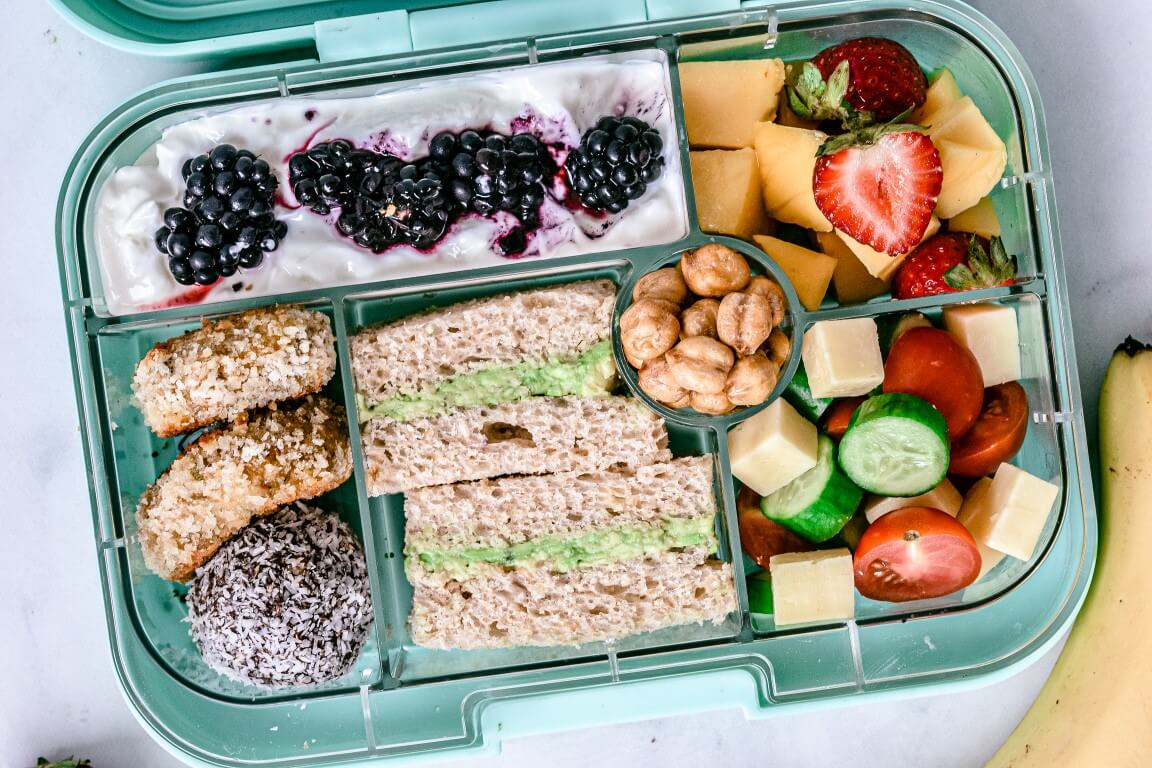 lunchbox-with-healthy-snacks