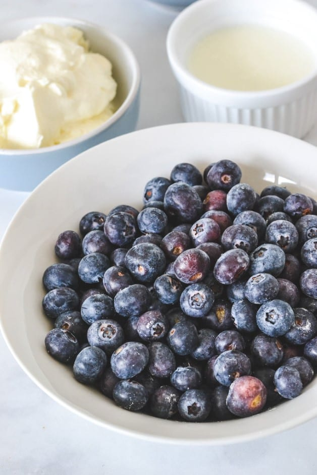 close-up-of-blueberries-in-white-bowl